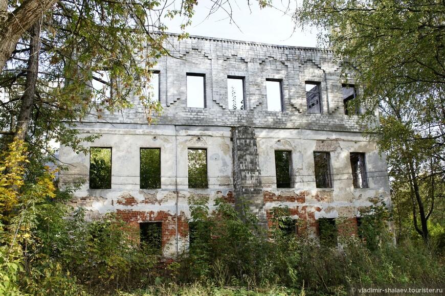 За рощей упираешься в стену. Когда то это был детский дом. После его поджога восстанавливать не стали,а решили надстроить третий этаж и, видимо, оно стало разрушаться. Бросили...