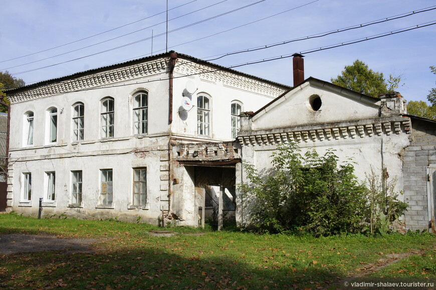 Ещё один старый дом (один из немногих кирпичных в городе), когда-то представлял единый ансамбль со зданием детского дома.