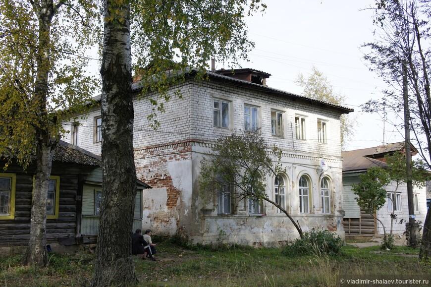 А этому дому удалось надстроить второй этаж и в нём даже живут. Есть ещё в городе несколько подобных домов, которые не привлекают к себе никакого внимания. Можно ехать по окрестностям.