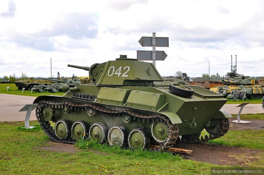 13. Перейдем к танковой технике. Надо сказать, что экспозиция артиллерии намного шире представлена в Санкт-Петербургском музее. Но там все закрыто для любопытных посетителей, да и ограничивается только лишь артиллерией и войсками связи, а тут и самолеты, и вертолеты, и ракеты, и поезда… Но обо всем по порядку.