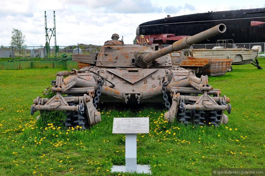 Основной танк Т-64А с минным тралом