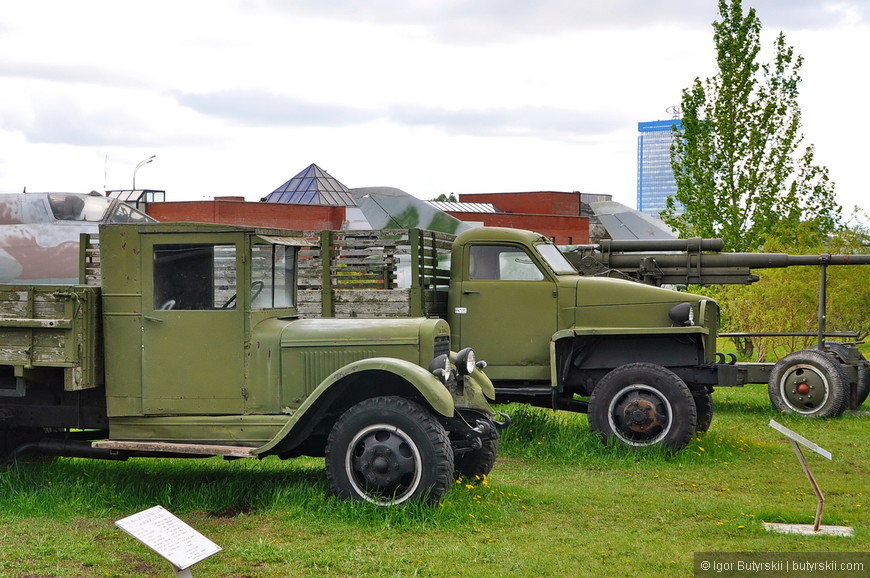 32. Помимо боевых машин представлены также и военные грузовики, и строительная техника.