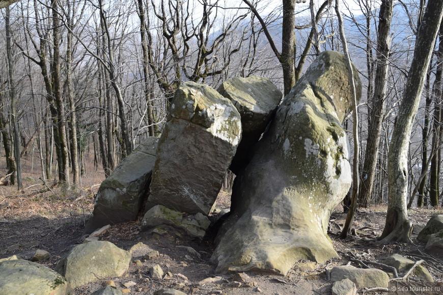 аттракцион для худых экстремалов - тоннель в будущее, пролезьте  через камни и попадете в будущее