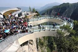 Туристы повредили недавно открывшийся в Китае стеклянный мост