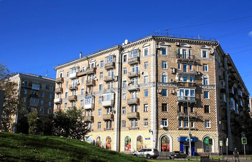 Сталинская застройка. Район метро Сокол начал активно застраиваться с конца 40-х годов. До сих пор район очень зеленый.