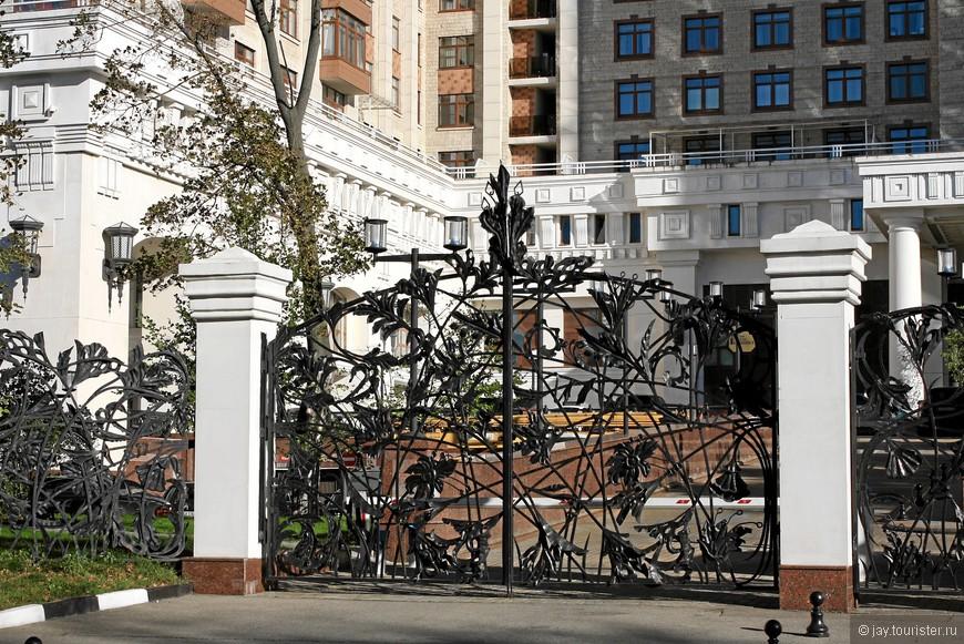 «Триумф Палас». Ворота.