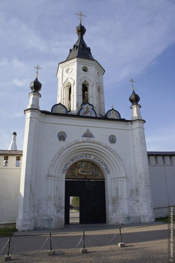 Святые ворота (они же сейчас являются главными) были сооружены в южной стене в 1885 г.