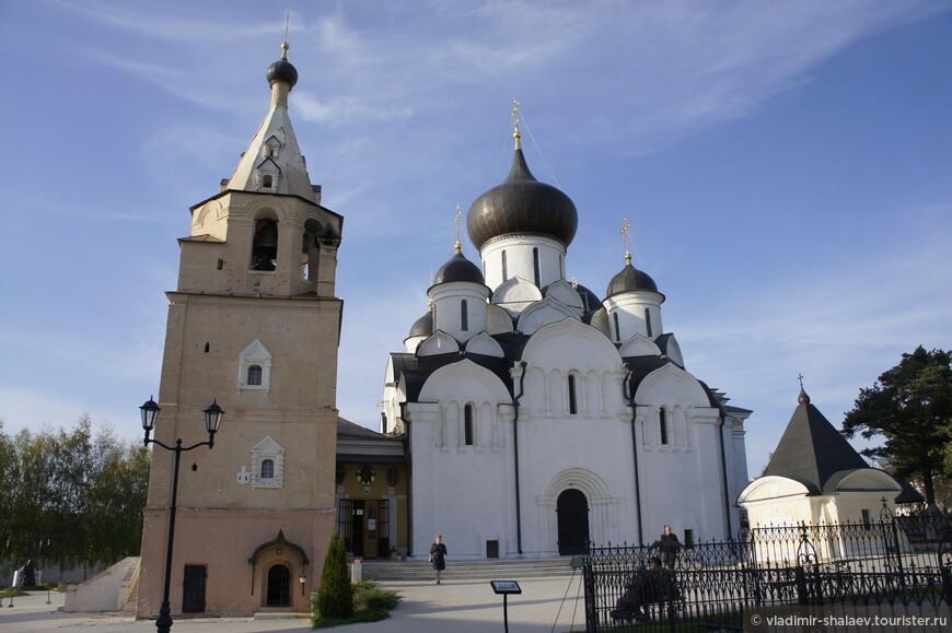 В центре монастырской площади возведён Успенский собор (1530г.) чем то схожий с Успенским собором Московского Кремля, но только поменьше размером. Таким его выстроил князь Андрей Старицкий.