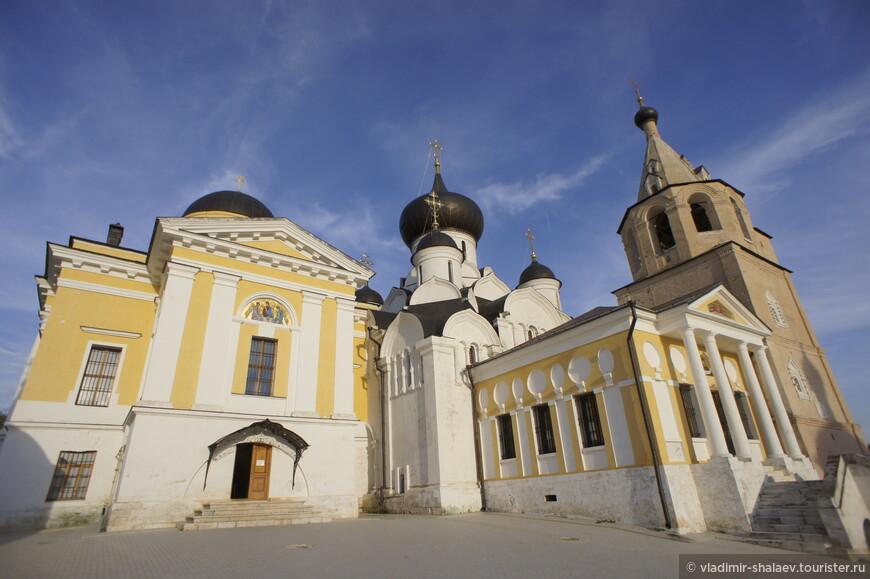 Слева Троицкий собор (1819 г). Построен на средства генерал-майора А.Т. Тутолмина как усыпальница известного дворянского рода Тутолминых.