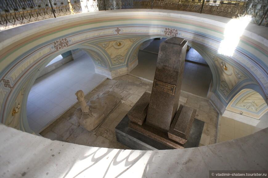 ...видишь нижнюю часть храма, где находится усыпальница, центром которой является стела.