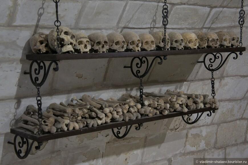 По христианской традиции, существующей не только на Афоне, но и в Египетских и палестинских, а также в некоторыз других православных монастырях , например в Киевских пещерах или в Муромском монастыре, останки усопших были погребены в костнице, устроенной в подклете Введенского храма.
