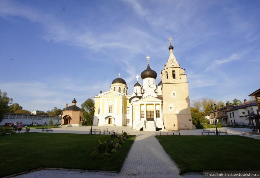 Слева направо: Часовня Георгия Победоносца, Троицкая церковь, Успенский собор, Колокольня с часовней Святейшего Иова, настоятельский и братский корпуса. Вид с западной стороны.
