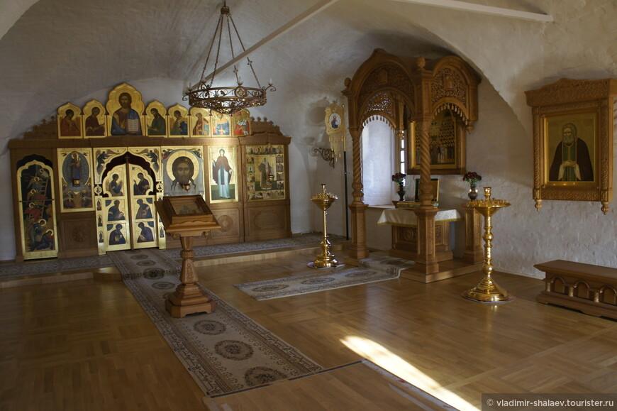 Придел святителя Иова в Введенской церкви. Справа рака с мощами старцев Киево-Печёрской лавры.