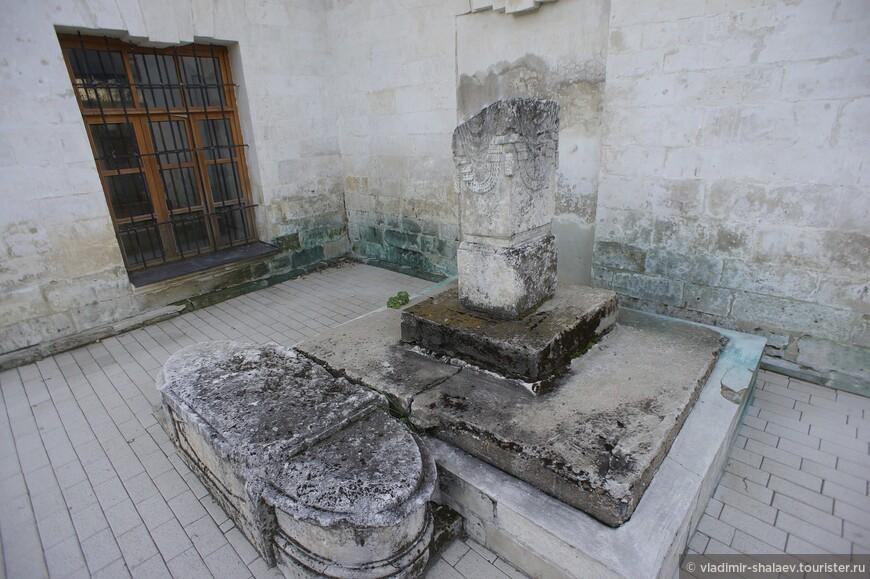 Сохранившиеся самые древние надгробные плиты.