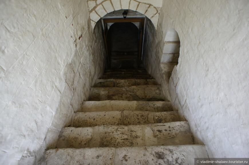 Под Введенской церковью находится костница, которая меня несколько ошарашила, потому как в российских монастырях я такое увидел впервые. Глубоко в подклет вела старая каменная лестница.