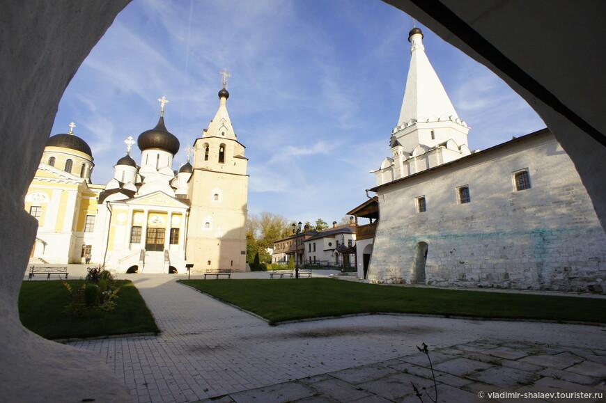 Вид  на внутренний двор монастыря от ворот церкви Иоанна Богослова.