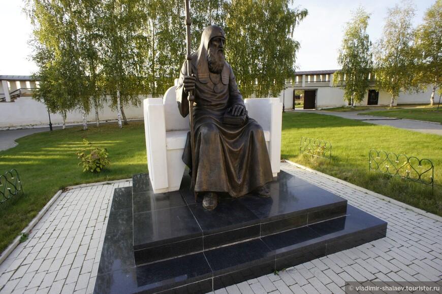 Бронзовый памятник Патриарху Иову установлен в монастыре в 2012 году.  Иов, Патриарх Московский и всея Руси, принял монашеский постриг в Старицком Успенском монастыре, здесь же был погребен в 1607 году.