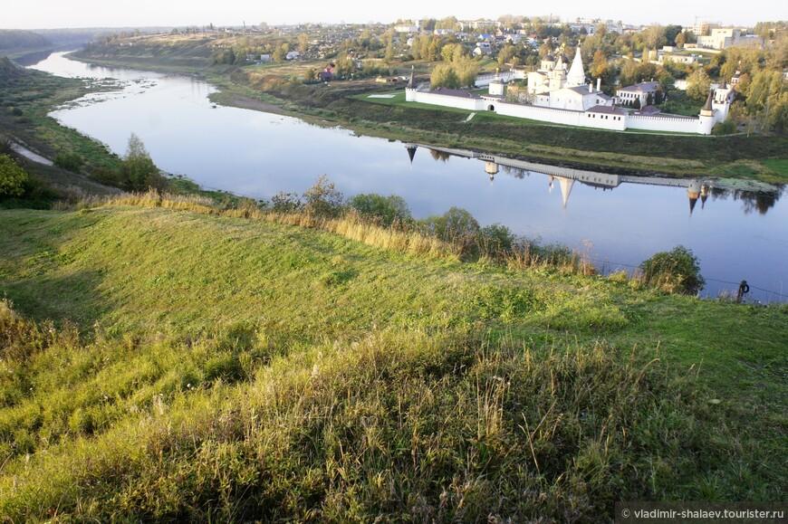 Вид на Свято-Успенский Богородицкий монастырь с высокого берега городища.