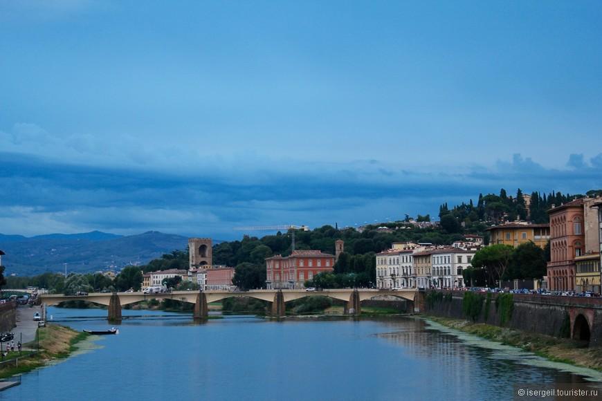 Вид с моста Понте-Веккьо на мост Ponte alle Grazie.
