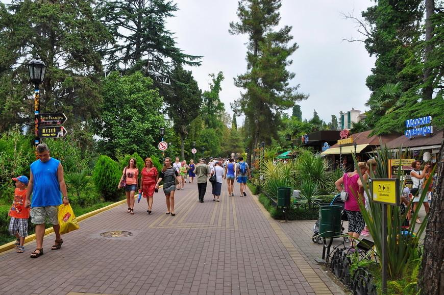 05. Есть части парка на центральной аллее где все организованно вполне прилично. Широкие дорожки, все чисто и убрано.