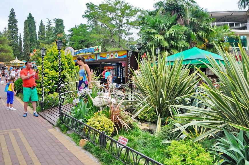 07. В парке очень много зелени, этим он и славится. Конечно не дендрарий, но и по горам скакать не требуется. Плюс – вход в парк бесплатный.