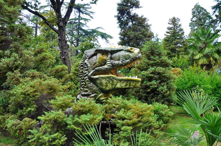 32. Многие композиции лишены всякого смысла. Вот, например, голова динозавра торчит из кустов. Понятно, что это реклама, но как разрешили так испортить мусором весь парк – не понятно.