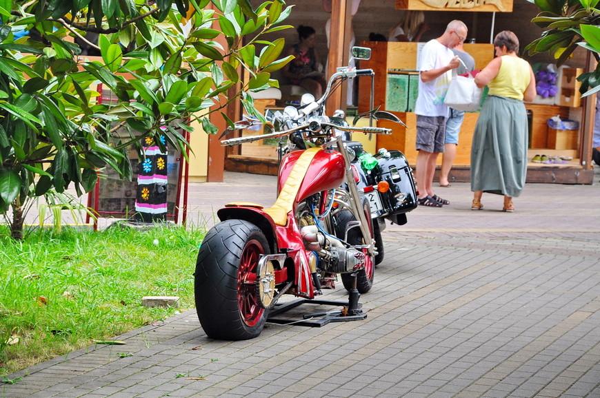 36. Красивый байк, фотография платная, даже если просто сфоткать. Невероятный идиотизм, мало того, это еще и незаконно, но каждый зарабатывает как может – кто-то работает как человек, а кто-то вытаскивает свой мотоцикл на улицу и ждет…