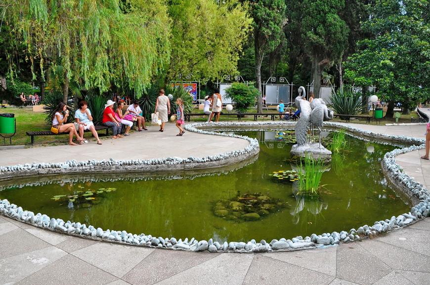 37. Небольшой пруд. Эта часть парка поспокойней, более тихая. Уже чувствуешь себя не на рынке как минимум.