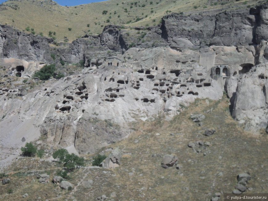Вардзия, крепость Рабат (Ахалцихе): величие истории Грузии... Вот он - монолит из туфа, с пещерами-норами, в которых свершалась история нашей страны!