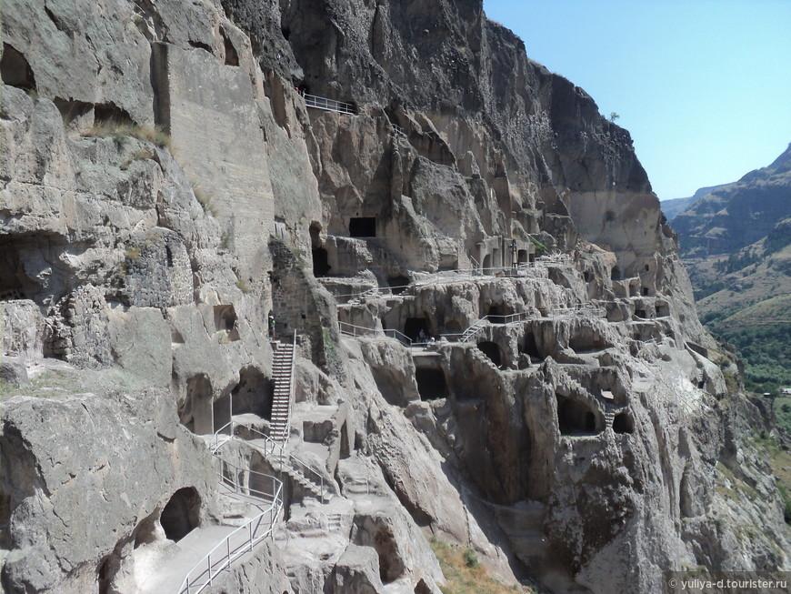 Поднимаясь и опускаясь склонами почти километрового пещерного города Вардзия ощущаешь себя махоньким муравьишком!