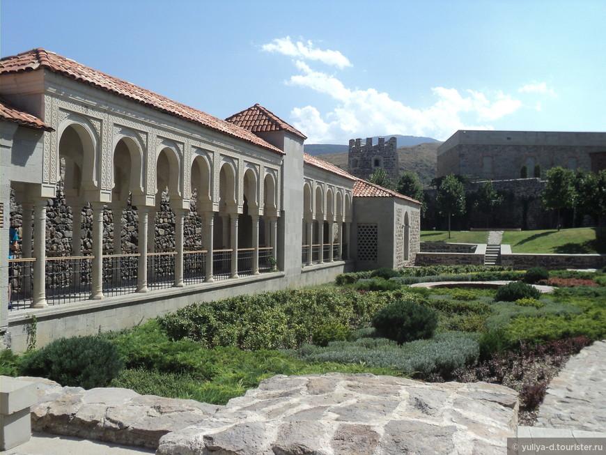 Рабатская крепость весьма велика - примерно 380 метров с востока на запад и примерно 150 с юга на север в широком месте