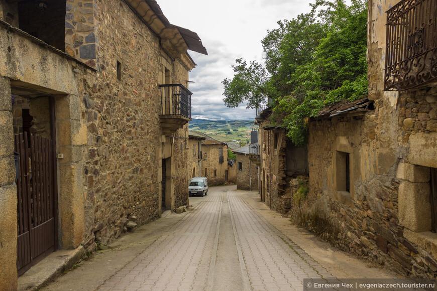 Средневековые улочки и современные автомобили