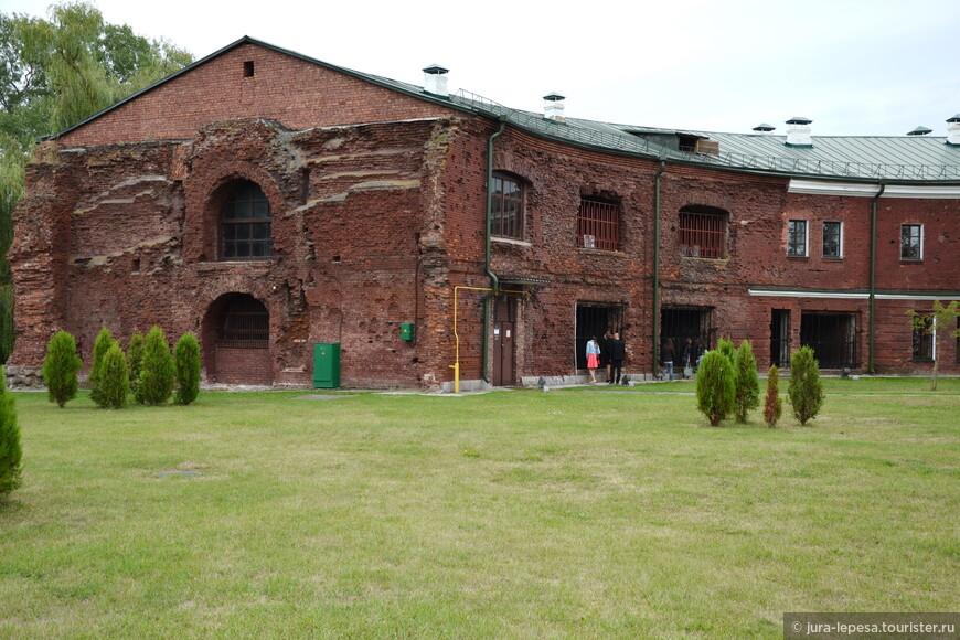 """Вот в этом здании,сохранившимся и еще не """"реставрированном"""" нашими строителями находится данный музей."""