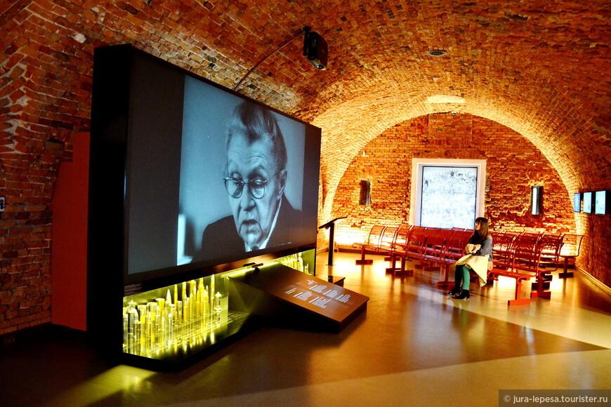 Внутри нашему вниманию открывается современный,красивый и уютный музей.Несколько небольших залов и много современной техники.