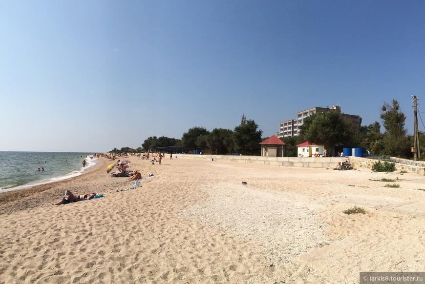 А вот и мой любимый пляж! Он находится с наружной стороны Бердянской косы, поэтому это называется открытое море. Этот пляж - санаторский, но чуть дальше есть пляж, куда раньше нельзя было проезжать, а теперь ездят многие отдыхающие из города. Конечно, ведь здесь совсем другое море!