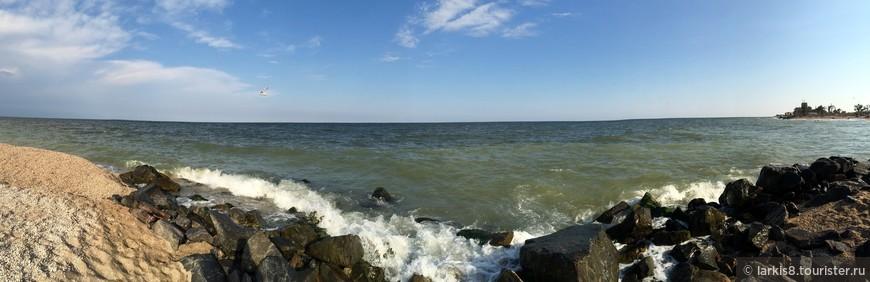 А это - панорама моего любимого места. Практически нет людей. Лежишь на камне, по ногам - морские брызги и чайки над головой. Самый лучший отдых!