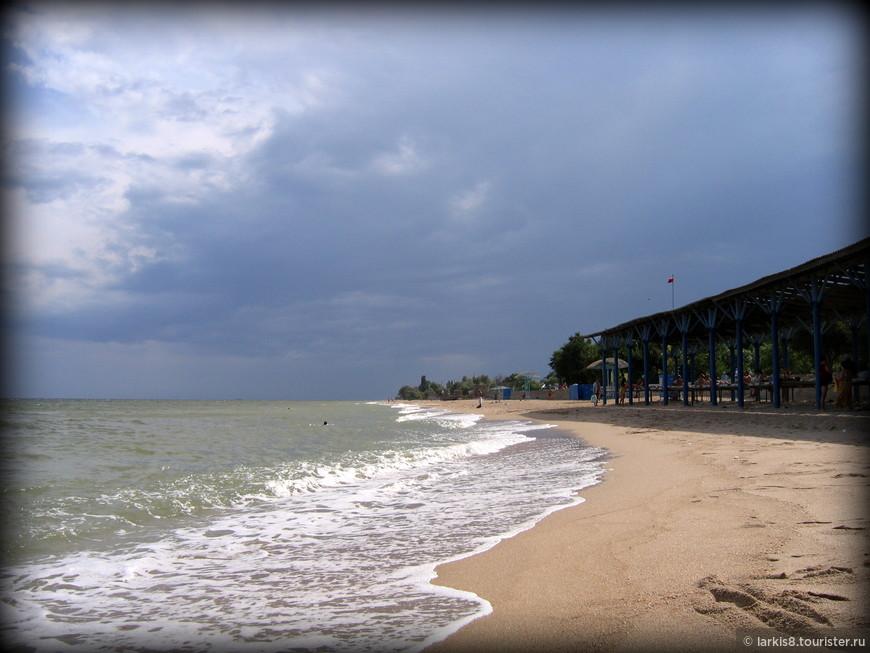 Иногда в августе бывают грозы. Если не побояться и посмотреть на грозу на море, то это очень запоминающееся зрелище. К сожалению, фото грозы у меня нет. Молнии были почему-то сиреневого цвета. Зато после грозы море бывает очень теплое!