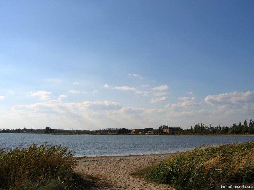 А это не очень хорошее фото одного из самых больших грязевых лиманов. Сейчас береговая линия, отделяющая его от моря, стремительно сокращается. Раньше на берегу моря в этом месте росли оливы, был достаточно широкий пляж. Сейчас расстояние, отделяющее море от лимана стремительно сокращается. Это может грозить экологической катастрофой, если море хлынет в лиман. Местных это очень волнует. А украинским властям, конечно, не до этого.