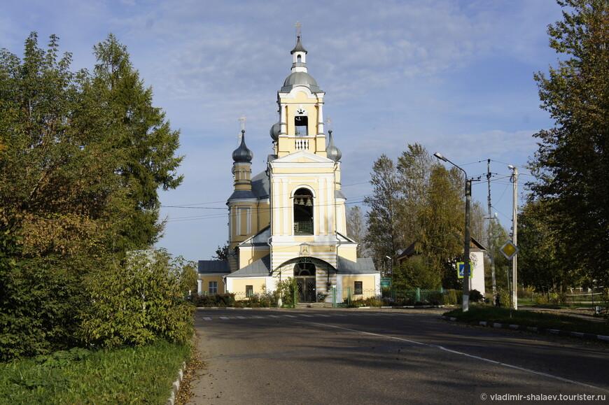 У въезда в город (если ехать с Твери) стоит Ильинская церковь (1804 г.) Церковь закрывалась только в период Великой Отечественной войны.