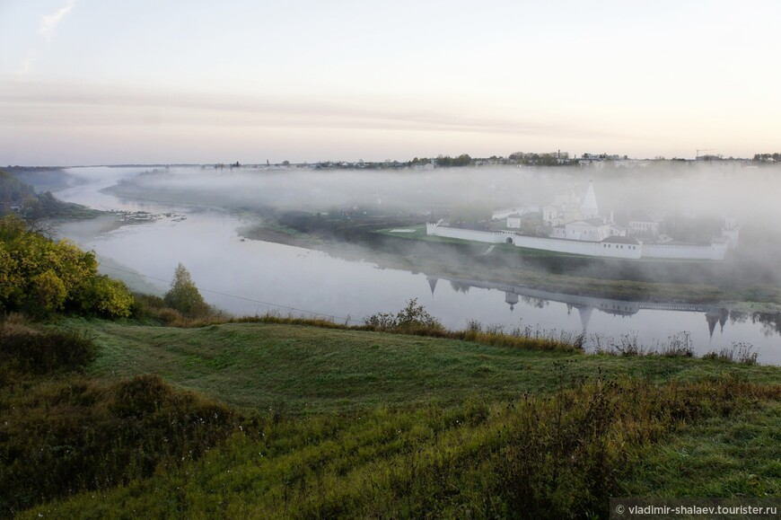 Вид на Свято-Успенский монастырь с городища в утренние часы.