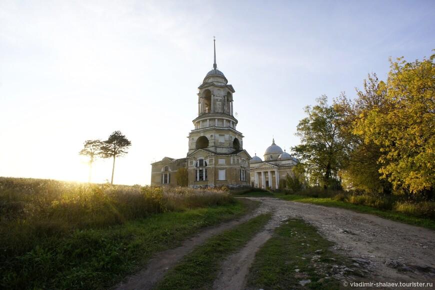 Эта дорога приводит к Борисоглебскому собору.