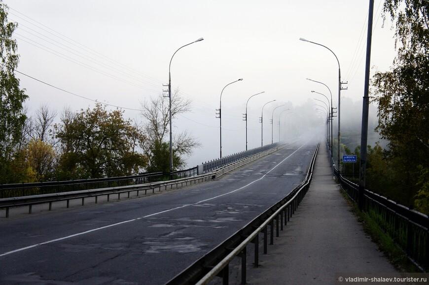 Город Старица стоит на обоих берегах Волги. В этом месте для Волги характерны сильные туманы по утрам, и тогда дорога выглядит так.