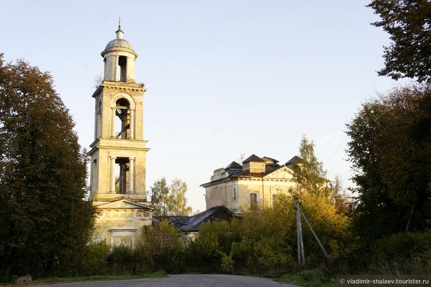 Никольская церковь, которая стоит на левом берегу Волги перед мостом,  была разрушена во время войны.