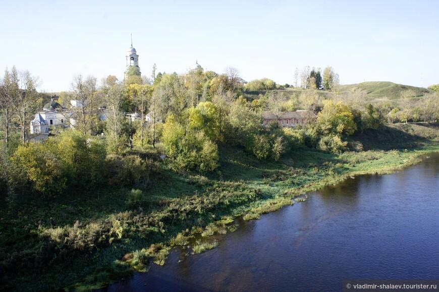 Вид с моста на левый берег. Пятницкая церковь, Борисоглебский собор и городище.