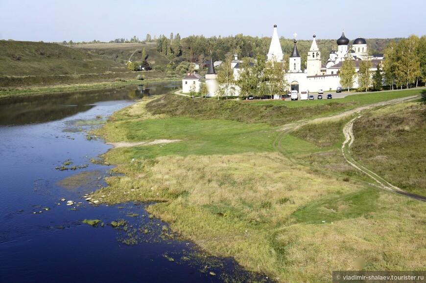 Вид с моста на правый берег. Свято-Успенский монастырь.