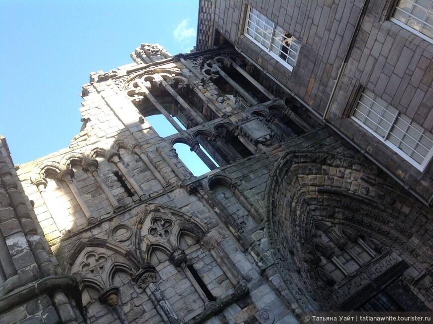Романтичекий вид входа в аббатство