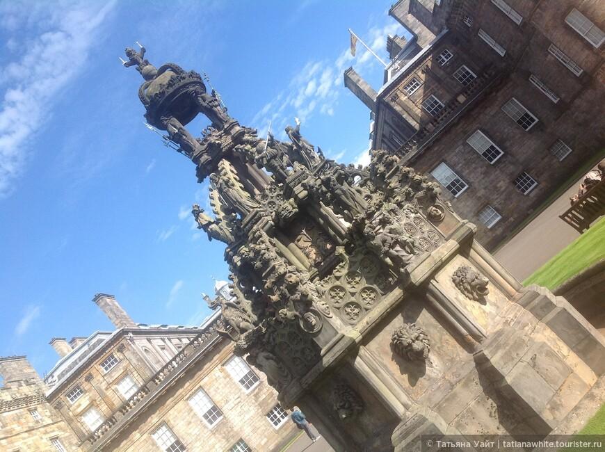 Шотландская корона и на фонтане. Лев застыл в камне, но парит свободно в небе.