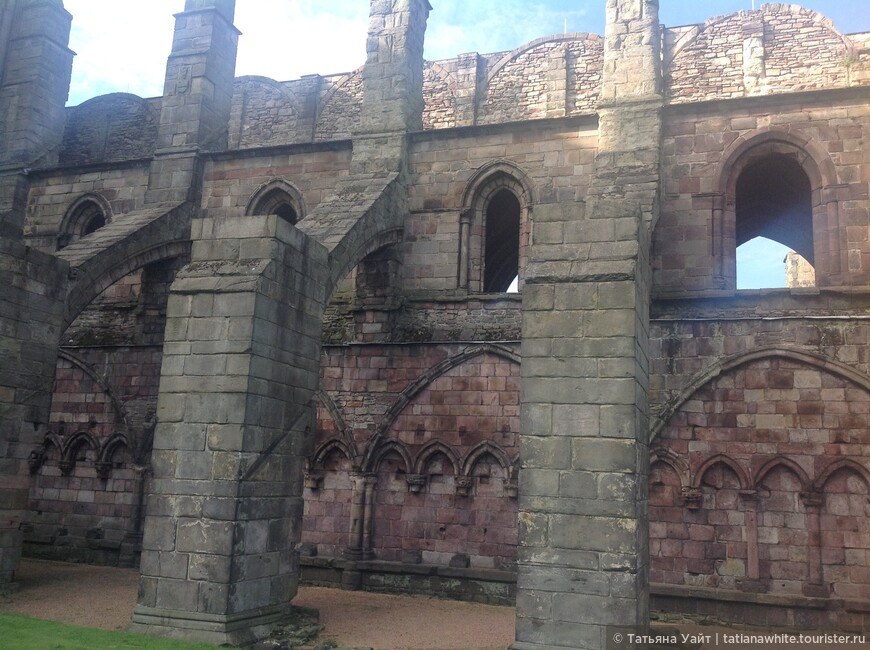 Готически опроры, котрфорсы до сих пор держат стену храма, хоть и в руинах храм.
