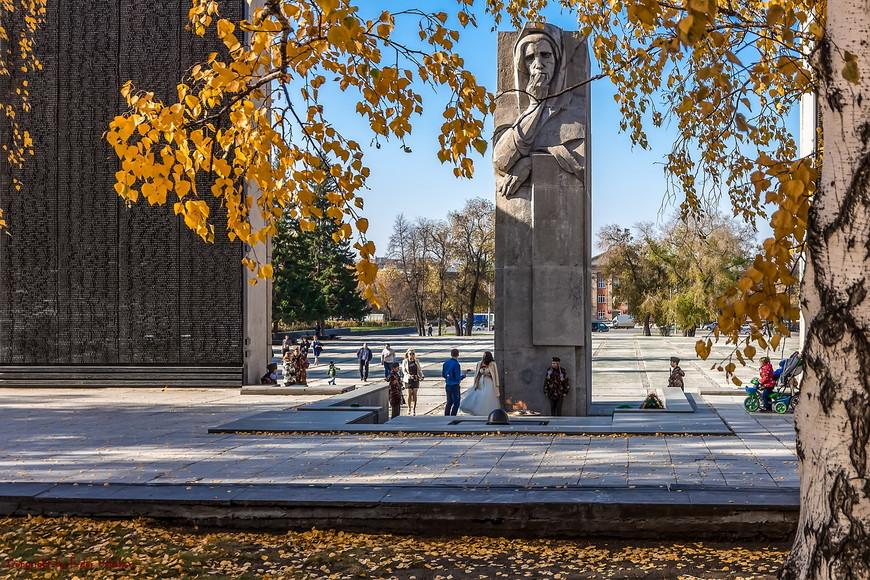Несмотря на то, что Монумент находится, фактически, в центре самого большого и промышленного района города (Ленинский), здесь всегда довольно тихо. Только ветер шумит в ветвях деревьев, птицы тараторят на своем языке, мамочки со своими чадами. Конечно, ветераны и гости города.