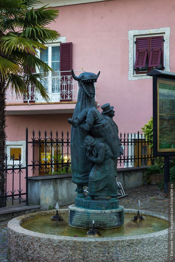 Этот фонтанчик напоминает о ежегодных карнавальных шествиях Трамина